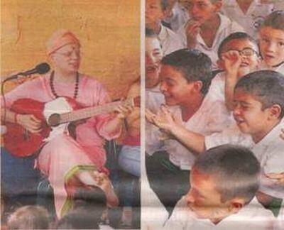 Yogi Sarveshwarananda Giri Tocando la Guitarra