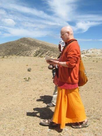Yogi Sarveshwarananda Giri Caminando