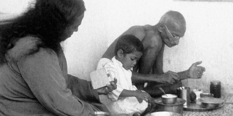 6-Yogananda-with-Gandhi