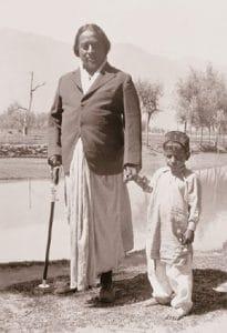 Yogananda en Lago de Chapala con niño mexicano