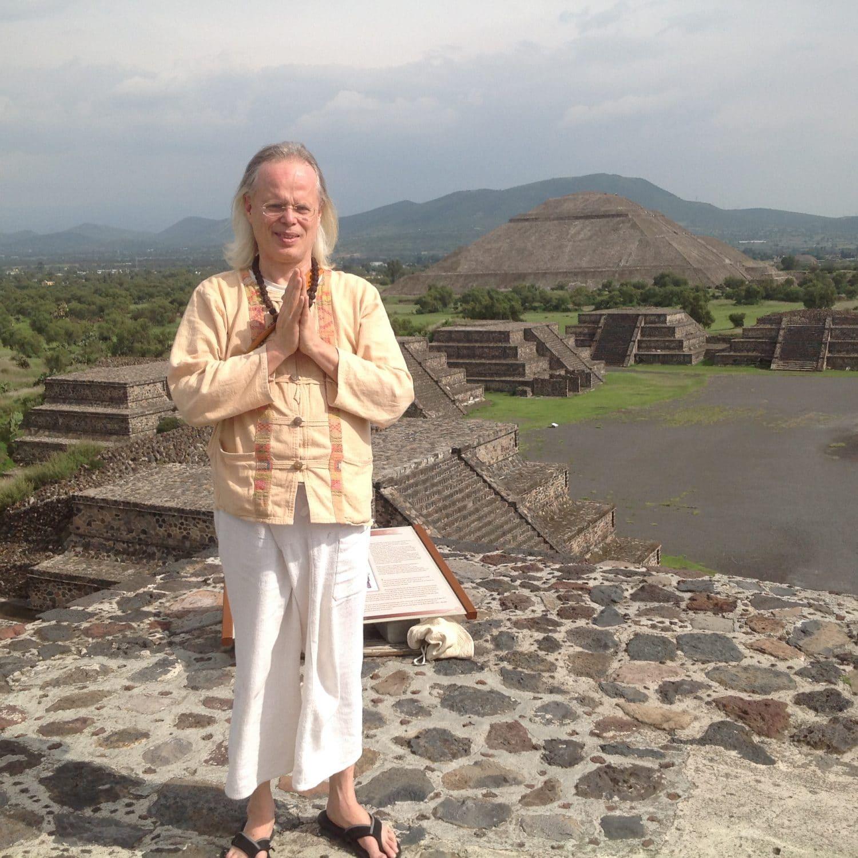 Yogi Sarveshwarananda Giri por primera vez en México en 2015 en Teotihuacan en la piramide del sol